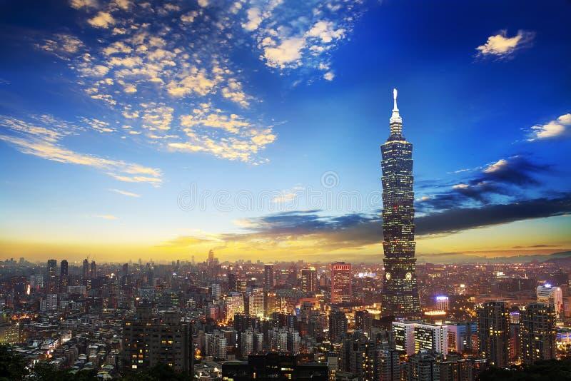 A cena de Taipei construção de 101 e cidade Taiwan de Taipei o 14 de dezembro de 2017 A foto foi tomada da parte superior do elef imagem de stock royalty free