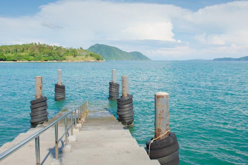 Cena de um cais no mar com espaço da cópia foto de stock