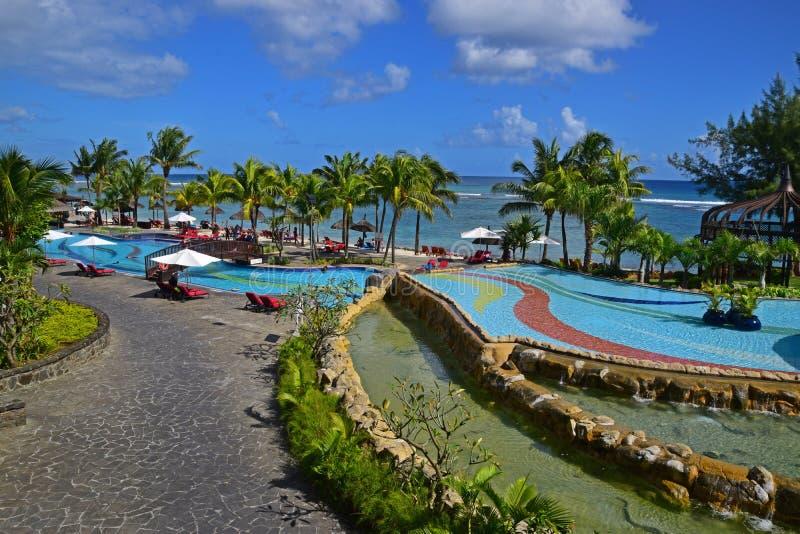Cena de uma área de piscina do recurso na costa oeste de Mauritius Island fotos de stock royalty free