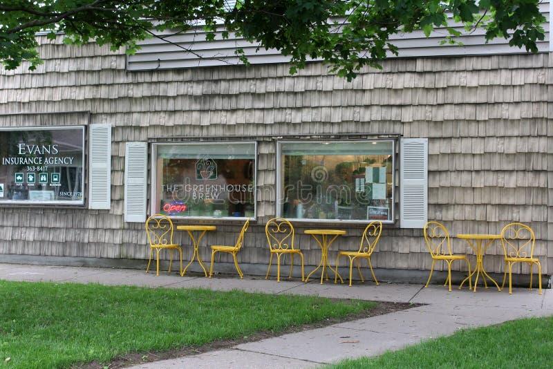 Cena de visitas de cadeiras e mesas para visitantes apreciarem café da manhã, The Greenhouse Brew, Sherrill, Nova Iorque, 2019 imagem de stock royalty free