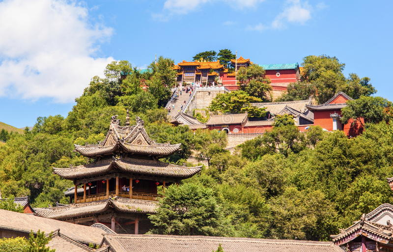 Cena de Wutaishan (montagem Wutai). Olhe acima o templo da parte superior da Buda (Pusa Ding). imagem de stock