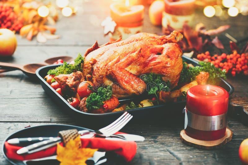 Cena del Día de Acción de Gracias Tabla servida con el pavo asado imágenes de archivo libres de regalías