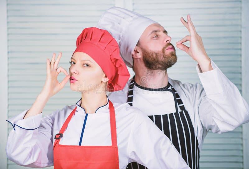 Cena deliciosa de la familia El cocinar con su c?nyuge puede fortalecer relaciones Junte cocinar la cena Mujer y barbudo imagen de archivo libre de regalías