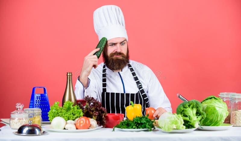 Cena deliziosa Cuoco barbuto dell'uomo in cucina, culinaria Cottura sana dell'alimento Essere a dieta e alimento biologico, vitam immagine stock libera da diritti