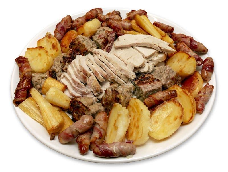 Cena della Turchia dell'arrosto con le salsiccie ed il riempimento delle pastinache delle patate fotografia stock libera da diritti