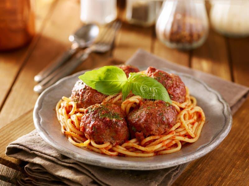 Cena delle polpette e degli spaghetti con il contorno del basilico immagine stock libera da diritti