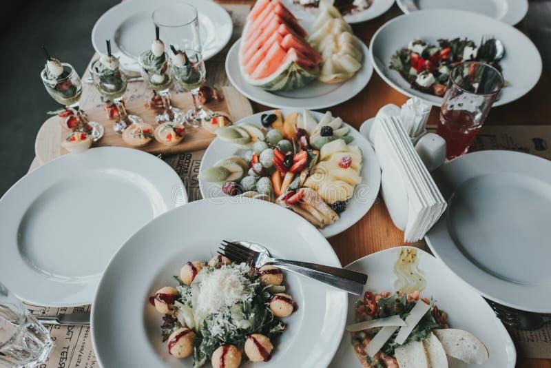 Cena di lusso servita sulla tavola immagini stock