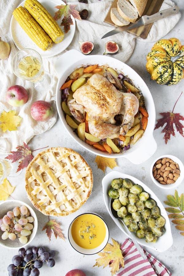 Cena di ringraziamento con il pollo, la torta di mele, i cavoletti di Bruxelles della minestra della zucca ed i frutti immagini stock