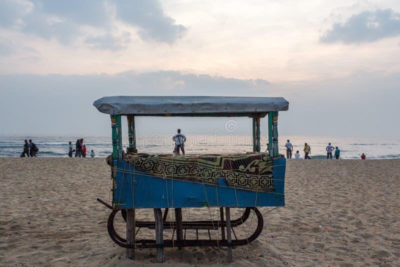 Cena do amanhecer onde os povos estão relaxando no litoral na praia do porto vista com tenda fechado do alimento no primeiro plan fotografia de stock royalty free