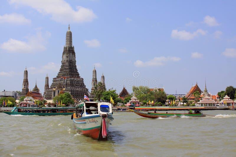 Cena do beira-rio de Banguecoque e Wat Arun foto de stock