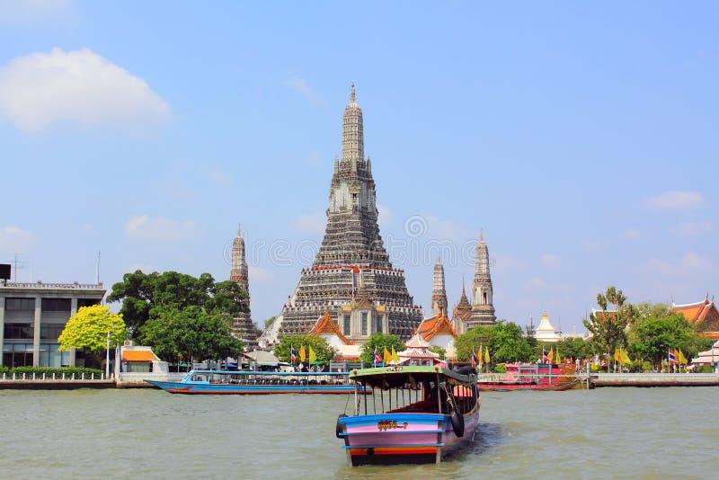 Cena do beira-rio de Banguecoque e Wat Arun fotos de stock royalty free