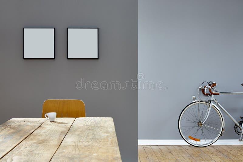 Cena do café na tabela de madeira no sótão reduzido do vintage com bicicleta imagens de stock