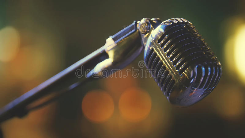 Cena do clube noturno - microfone vocal do ferro imagem de stock royalty free