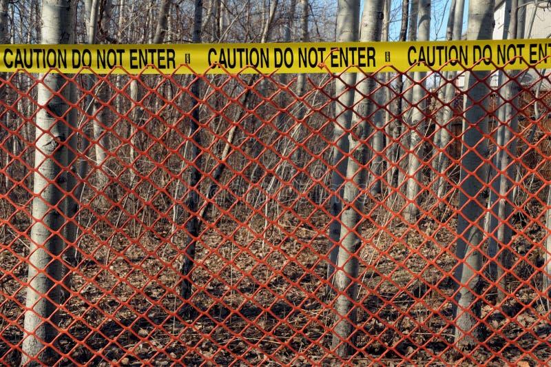 Cena do crime com a cerca vermelha nas madeiras imagens de stock