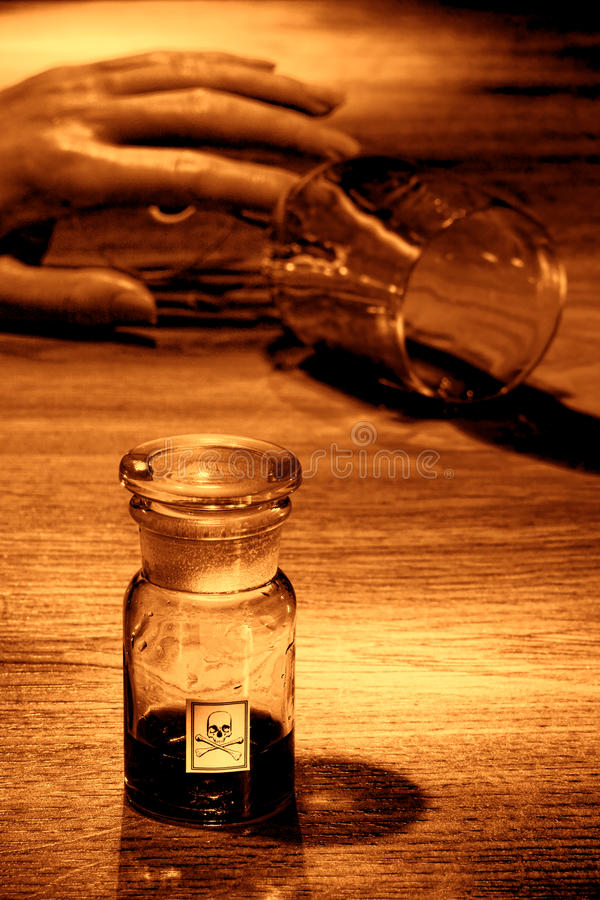 Cena do crime com mão da mulher e o frasco inoperantes do veneno imagens de stock