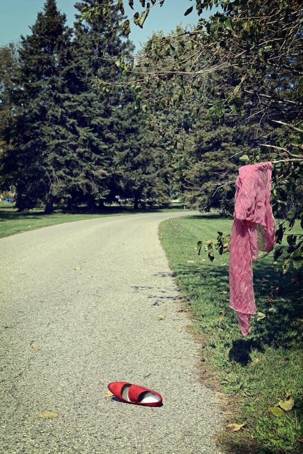 Cena do crime com sapata e lenço da mulher imagens de stock royalty free