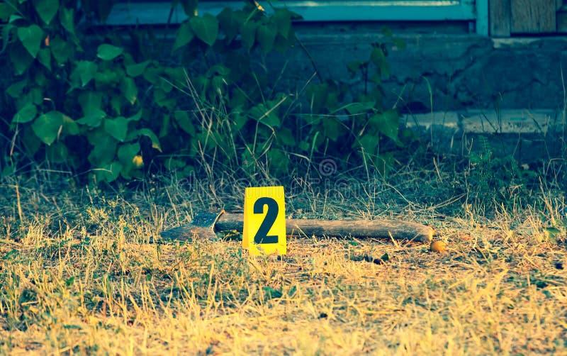 Cena do crime, evidência amarela do marcador, um machado fotografia de stock royalty free