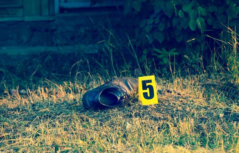 Cena do crime, evidência amarela do marcador, uma sapata fotos de stock