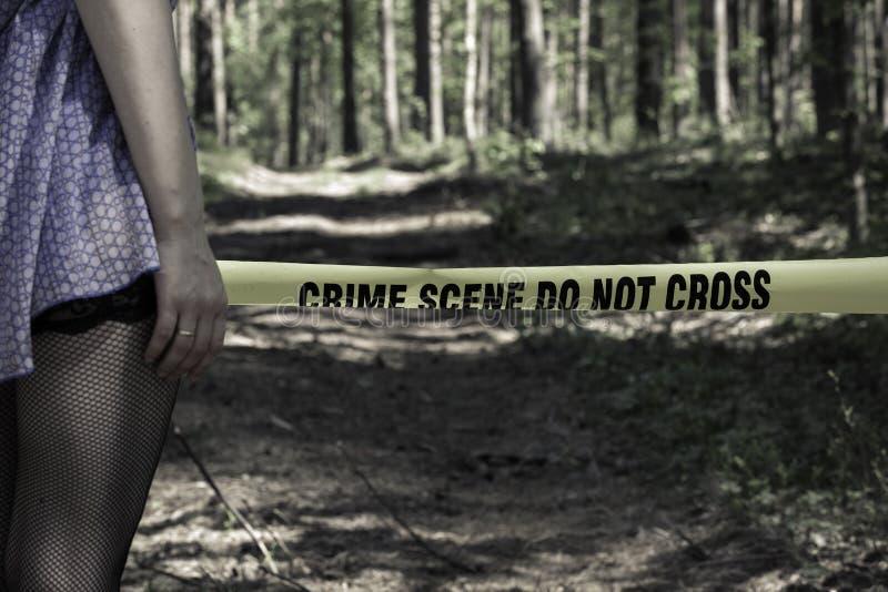 A cena do crime não se cruza Mulher nas madeiras fotos de stock royalty free