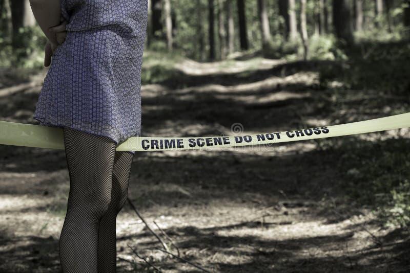 A cena do crime não se cruza Mulher nas madeiras imagens de stock royalty free