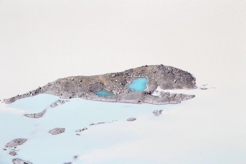 Cena do deserto com água em África imagens de stock