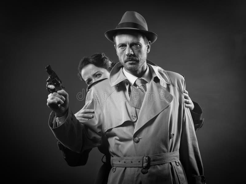 Cena do filme policial com pares corajosos imagem de stock royalty free
