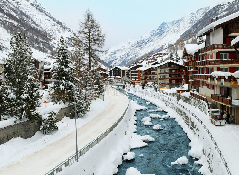 Cena do inverno da vila de Zermatt foto de stock