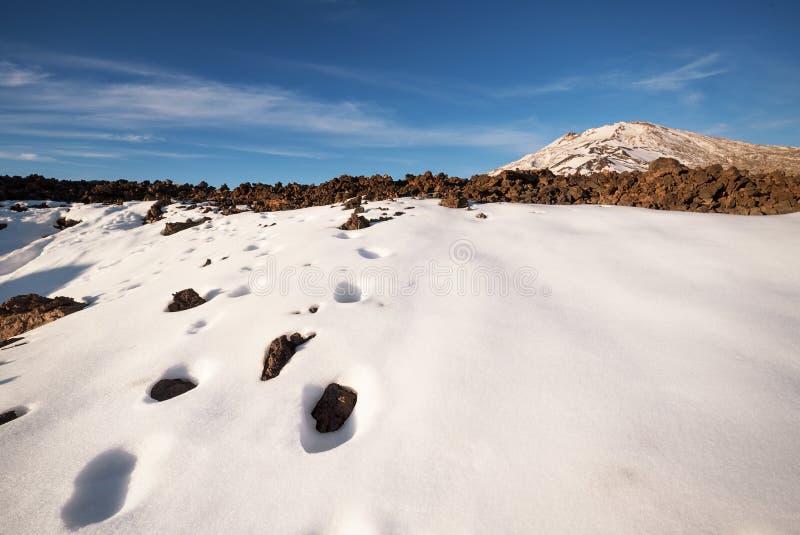 Cena do inverno do parque nacional de Teide no por do sol com rochas vulcânicas e neve, em Tenerife, Ilhas Canárias, Espanha imagens de stock