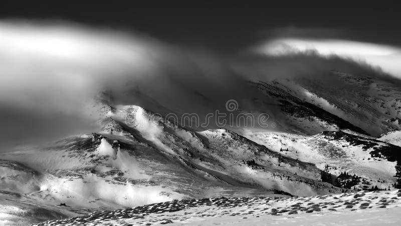Cena do inverno no ambiente Carpathian das montanhas, o remoto e o áspero foto de stock
