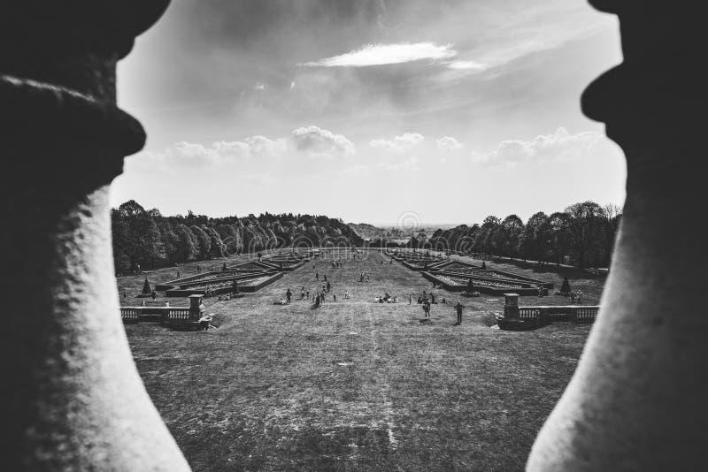 Cena do jardim através das colunas preto e branco fotografia de stock