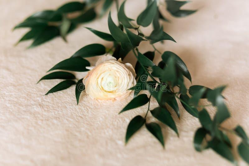 A cena do modelo do casamento ou do aniversário com o ramalhete floral do botão de ouro persa, flor do ranúnculo, eucalipto sae fotos de stock royalty free