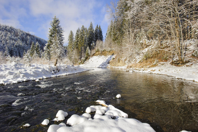Cena do panorama com gelo e neve no rio em Baviera fotos de stock