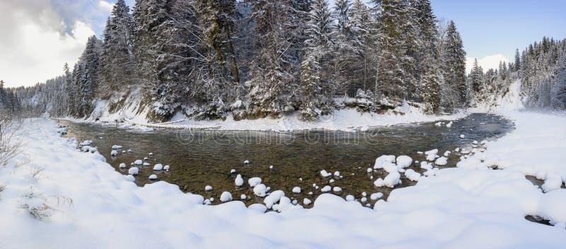 Cena do panorama com gelo e neve no rio em Baviera, Alemanha foto de stock royalty free