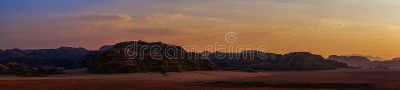 Cena do panorama do deserto no por do sol imagem de stock