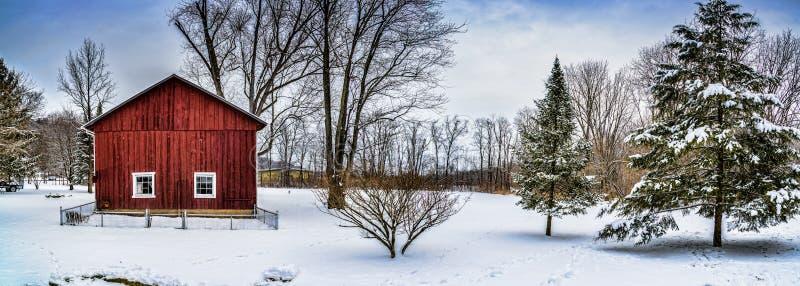 Cena do panorama do celeiro da neve do inverno fotos de stock royalty free
