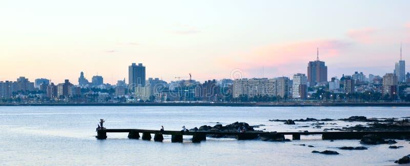 Cena do por do sol da praia e da skyline em Montevideo, Uruguai fotos de stock