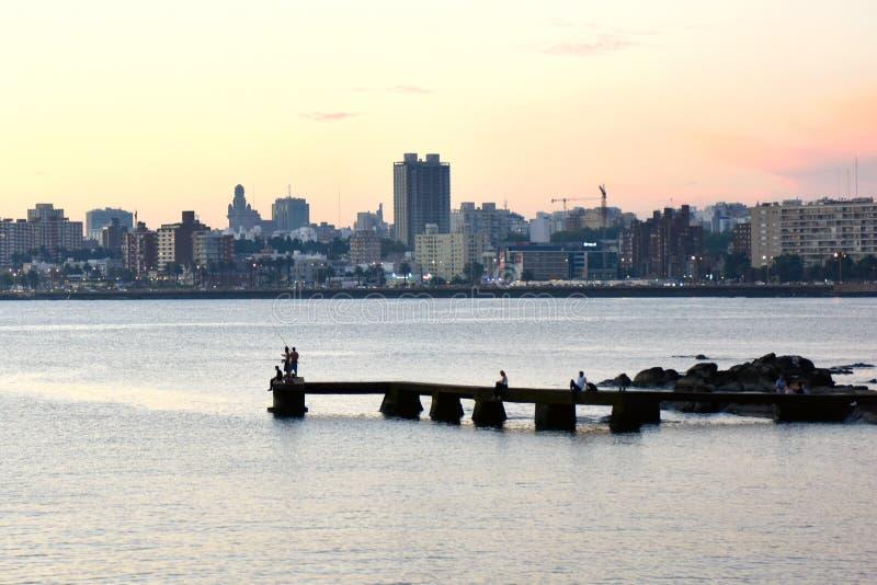 Cena do por do sol da praia e da skyline em Montevideo, Uruguai fotografia de stock royalty free