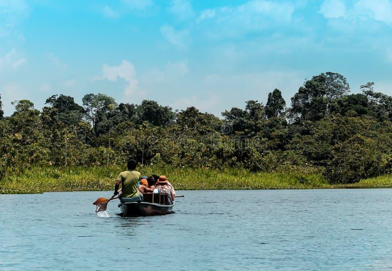 Cena do rio nas Amazonas de Equador no meio da vegetação frondosa imagem de stock