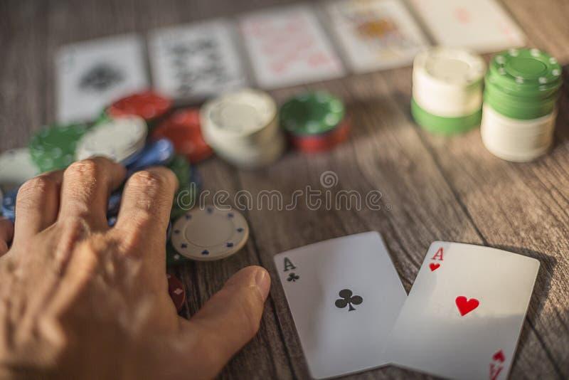 Cena do tema do pôquer, cartões da mão e microplaquetas imagens de stock