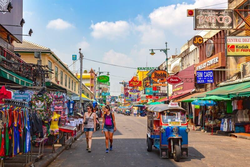 Cena do turista na estrada de Khao San foto de stock