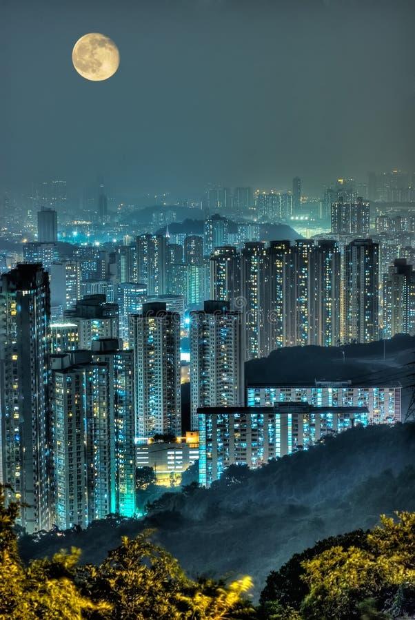 Cena dramática da noite do arranha-céus com lua. imagem de stock