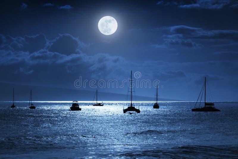 Cena dramática do oceano da noite com a lua azul completa bonita em Lahaina na ilha de Maui, Havaí fotografia de stock