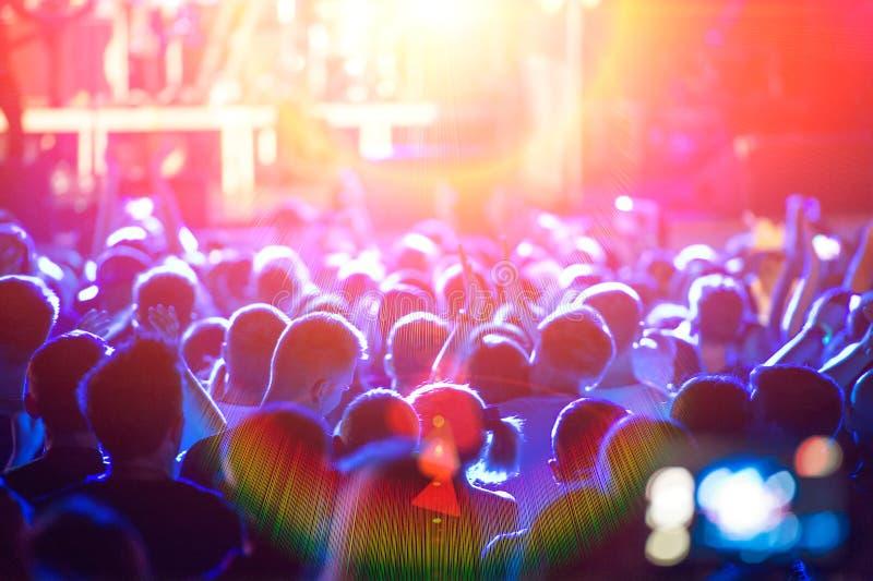 A cena e ilumina uma multidão foto de stock