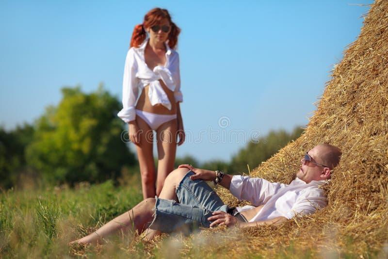 Cena erótica no hayloft imagem de stock