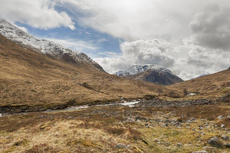 Cena escocesa Glen Etive da montanha e do rio fotos de stock