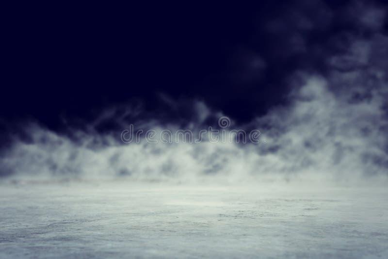 Cena escura abstrata do assoalho do concentrado com n?voa ou n?voa, projetor e exposi??o fotos de stock royalty free