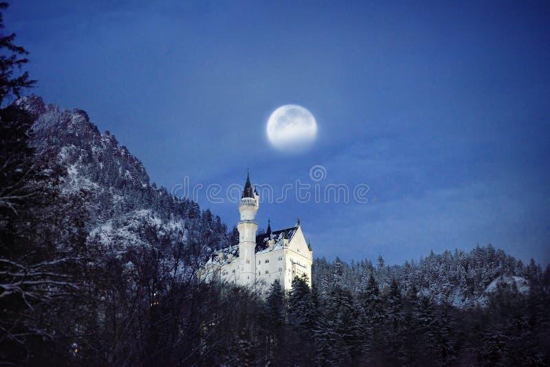 Cena esplêndida da noite do castelo real Neuschwanstein e dos arredores em Baviera, Alemanha Deutschland imagens de stock