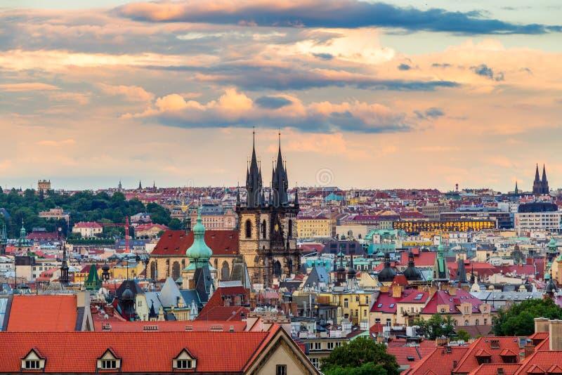 Cena famosa, arquitetura da cidade de Praga, República Checa Torres da igreja de nossa praça da cidade velha da senhora Before Ty fotos de stock royalty free