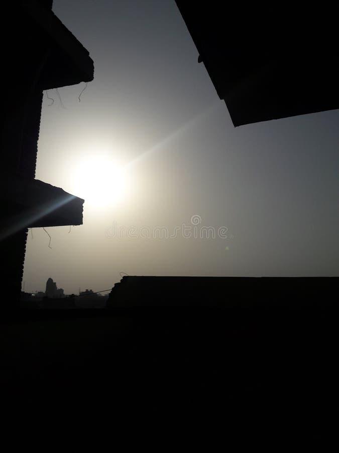 A cena feliz da manhã é aumentação tão bonita do sol fotografia de stock royalty free
