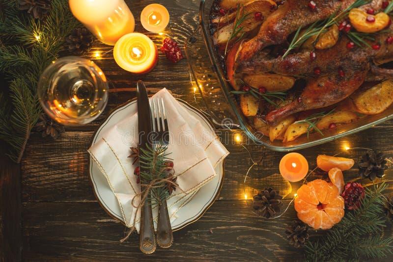 Cena festiva con le candele, la tavola di Natale o del nuovo anno fotografia stock libera da diritti